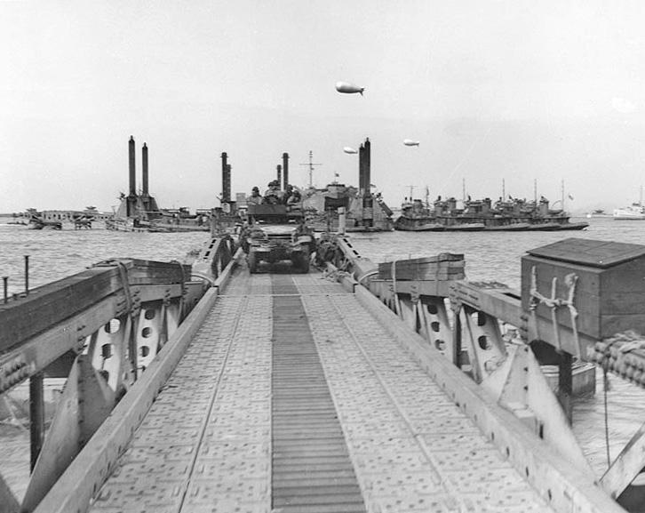 """Amerykański transporter jedzie w kierunku brzegu po pomoście """"Whale"""". Źródło: Wikimedia Commons, domena publiczna."""