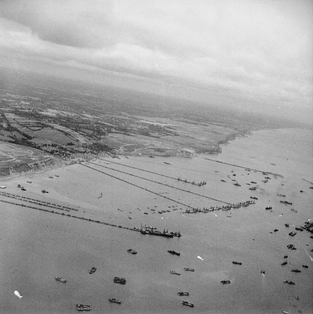 Sztuczny port Mulberry w Arromanches, październik 1944. Źródło: Wikimedia Commons, domena publiczna.