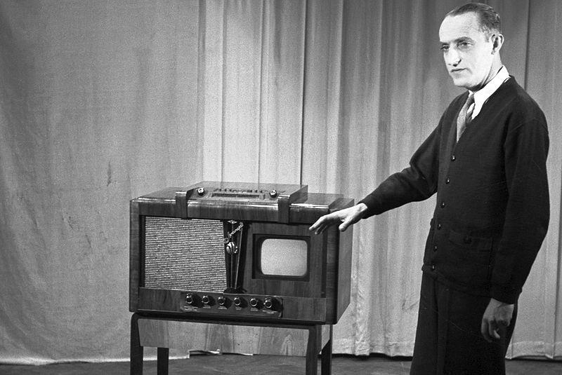 """Kazimierz Rudzki prezentuje odbiornik telewizyjny """"Leningrad"""", 12.03.1954 r. Źródło: Wikimedia Commons, licencja: CC BY-SA 3.0"""