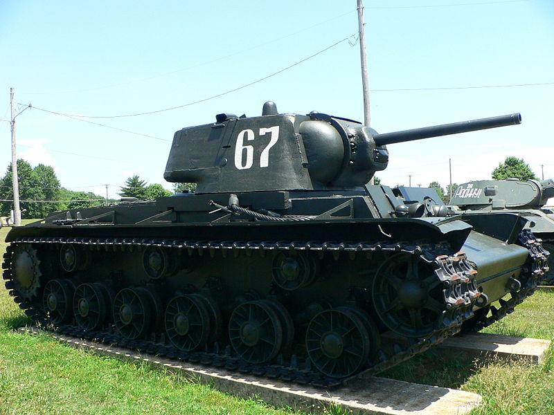 Czołg ciężki KW-1. Źródło: Wikimedia Commons, licencja: Samochód pancerny FAI. Źródło: Wikimedia Commons, licencja: CC BY-SA 3.0