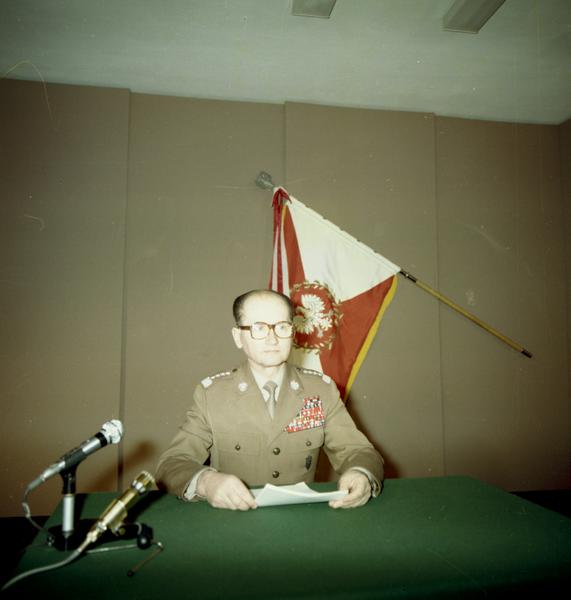 Gen. Wojciech Jaruzelski przygotowuje się w studiu telewizyjnym do odczytania przemówienia informującego o wprowadzeniu stanu wojennego. Warszawa, 13 XII 1981. Źródło: Wikimedia Commons, domena publiczna.