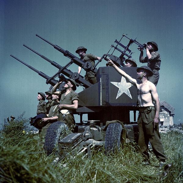 Potrójnie sprzężone działka Polsten 20 mm wykorzystywane przez żołnierzy kanadyjskich jako broń przeciwlotnicza. Źródło: National Archives Canada, domena publiczna.