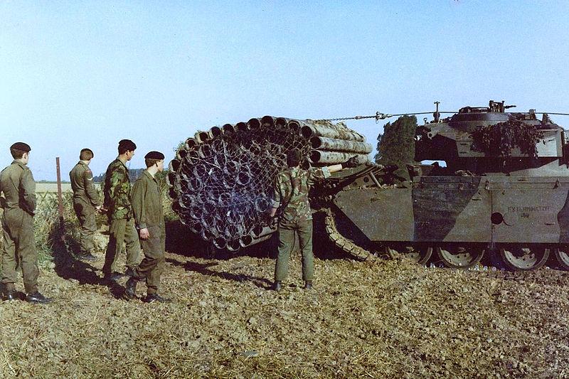 Centurion AVRE z przymocowaną z przodu faszyną. Źródło: Wikimedia Commons, domena publiczna.