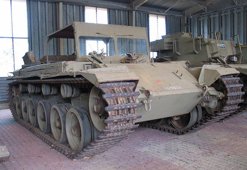 Australijski trenażer czołgowy na podwoziu czołgu Centurion, wykorzystywany do szkolenia przyszłych kierowców Centurionów. Źródło: Wikimedia Commons, domena publiczna.