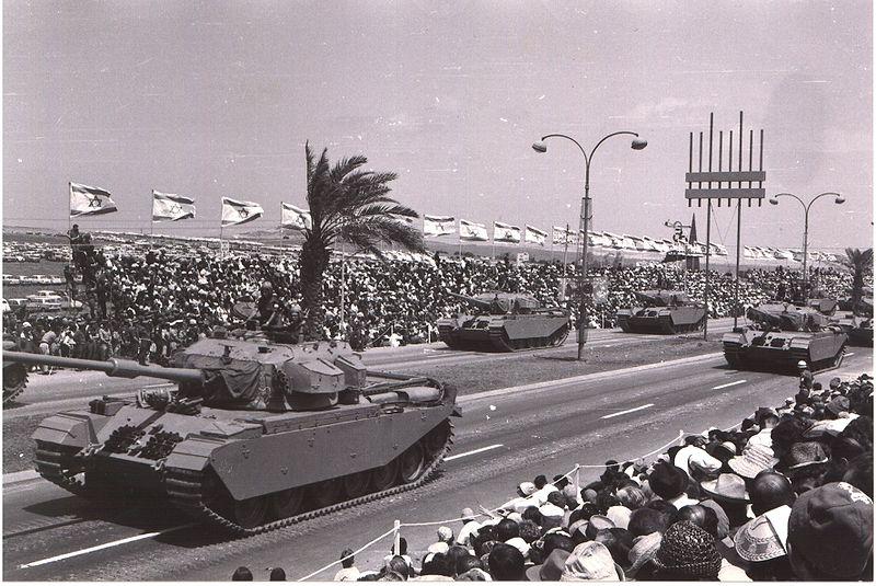 Izraelskie Centuriony podczas parady w Tel Awiwie. Źródło: Wikimedia Commons, domena publiczna.