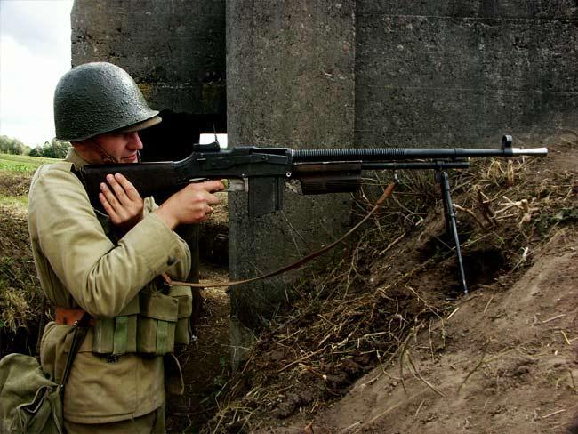Na zdjęciu widoczny jest rekonstruktor polskiego żołnierza z września 1939 roku wyposażony w rkm. wz. 28. To właśnie trzy karabiny maszynowe tego typu były najprawdopodobniej na wyposażeniu obrońców poczty. Ręczny karabin maszynowy wzór 1928 był używaną w Polsce modyfikacją amerykańskiego Browninga M1918 (BAR). Źródło zdjęcia: Wikimedia Commons, licencja: CC BY-SA 3.0