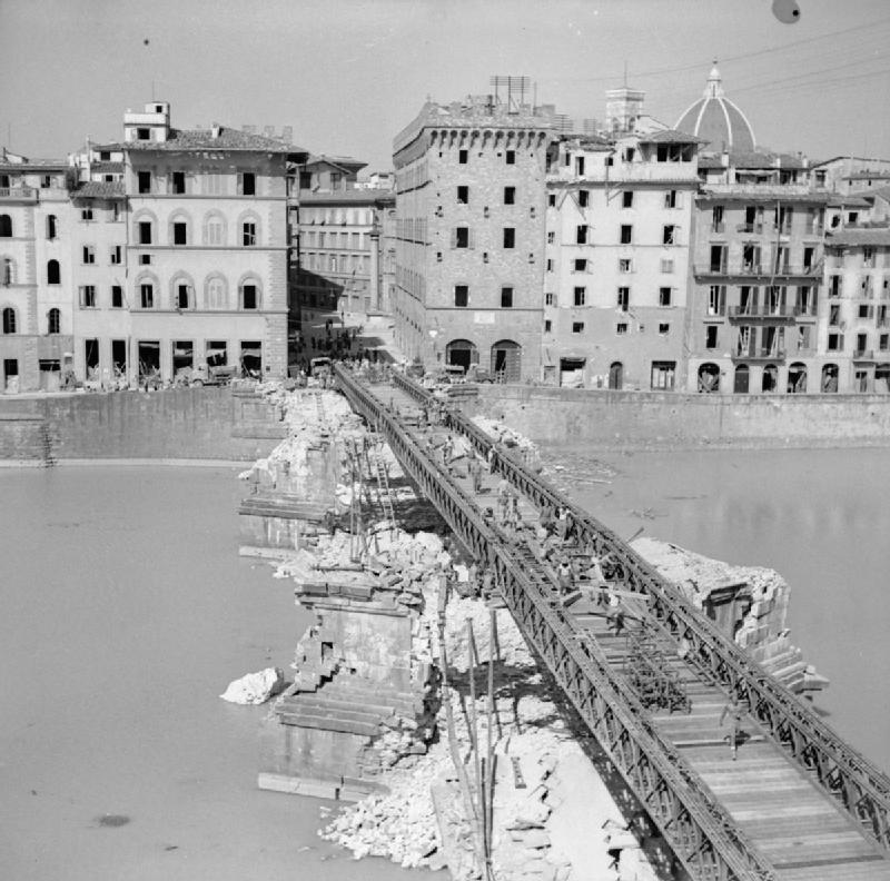 Brytyjscy żołnierze montują most z prefabrykatów, tzw. mostów Baileya. Prefabrykowane przeprawy tego typu były powszechnie używane przez aliantów podczas walk w Europie. Źródło: Imperial War Museum, domena publiczna.