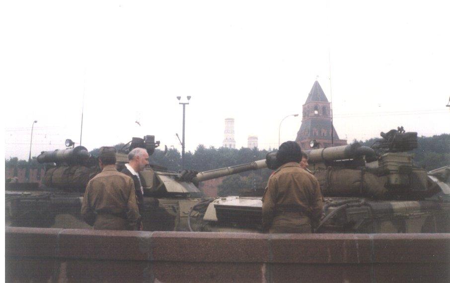 Czołgi T-80 w pobliżu Placu Czerwonego podczas puczu moskiewskiego. Źródło: Wikimedia Commons, domena publiczna.