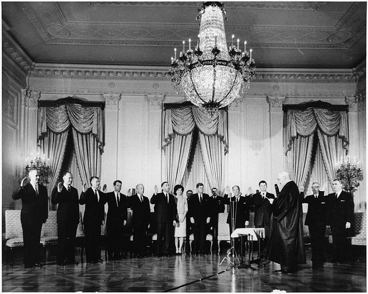 Zaprzysiężenie gabinetu prezydenta Johna Fitzgeralda Kennedyego. Źródło: National Archives and Records Administration, domena publiczna.