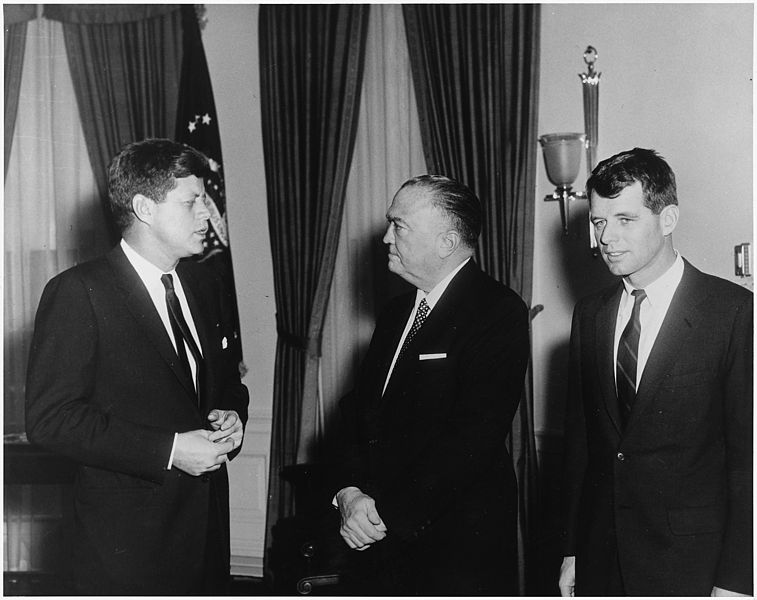 Prezydent JFK, szef FBI J. Edgar Hoover i prokurator generalny Robert Kennedy. Źródło: National Archives and Records Administration, domena publiczna.