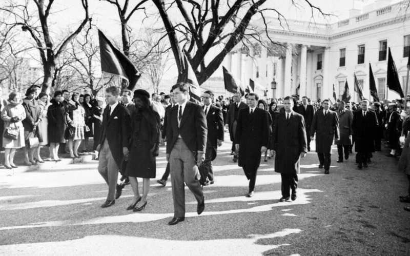 Rodzina Kennedych podczas pogrzebu JFK. Od lewej: prokurator generalny Robert Kennedy, Jacqueline Kennedy oraz senator Edward Kennedy. Fot. Abbie Rowe, źródło: Harry S. Truman Library, domena pubilczna.