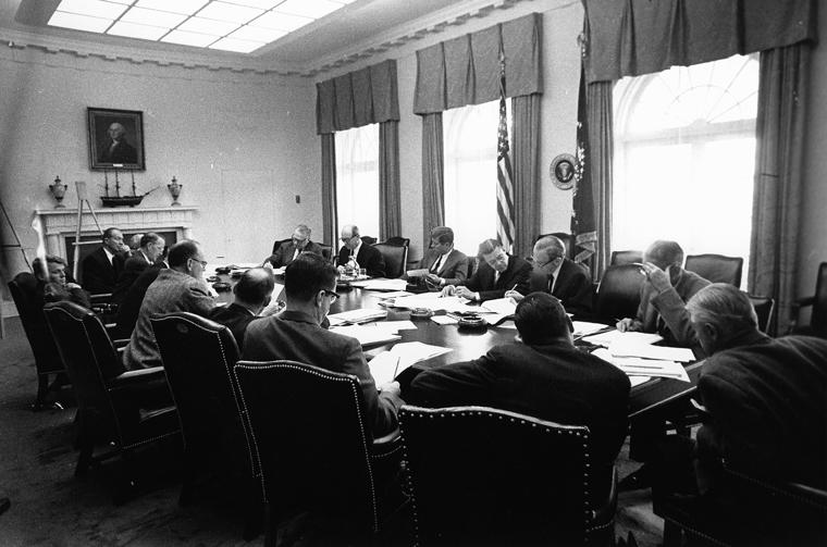 Spotkanie EXCOMM'u podczas Kubańskiego Kryzysu Rakietowego. Źródło: Executive Office of the President of the United States, domena publiczna.