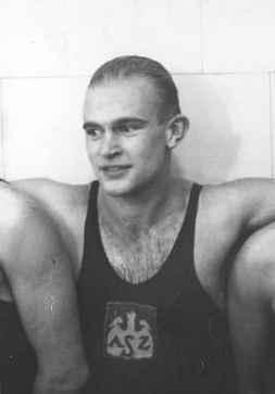 Jerzy Damsz po zwycięstwie w zawodach pływackich (20 listopada 1932). Źródło: Narodowe Archiwum Cyfrowe, domena publiczna.
