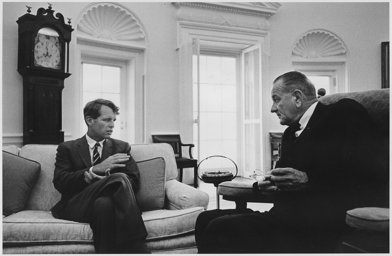 Senator Robert Kennedy i prezydent Lyndon B. Johnson. Źródło: National Archives and Records Administration, domena publiczna.