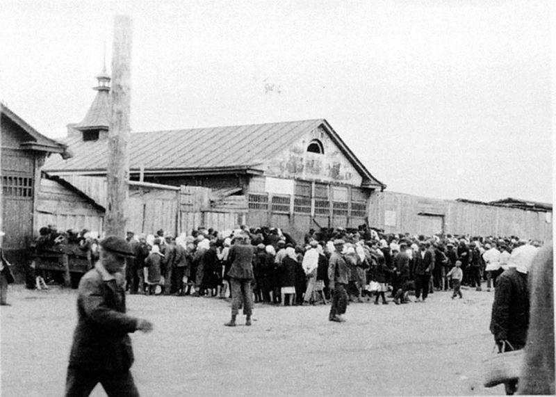 Kolejka po chleb za dewizy. Torgsin Charków, 1932. Źródło: Wikimedia Commons, domena publiczna.