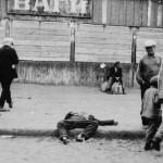 Ulica w Charkowie 1932. Przechodnie mijają zmarłych z głodu ludzi. Źródło: Wikimedia Commons, domena publiczna.