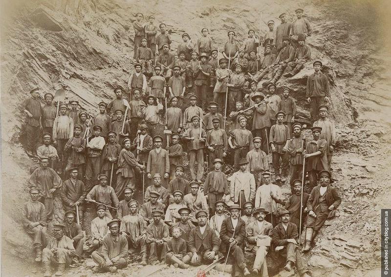 Robotnicy w Krzywym Rogu, rok 1899. Źródło: Wikimedia Commons, domena publiczna.