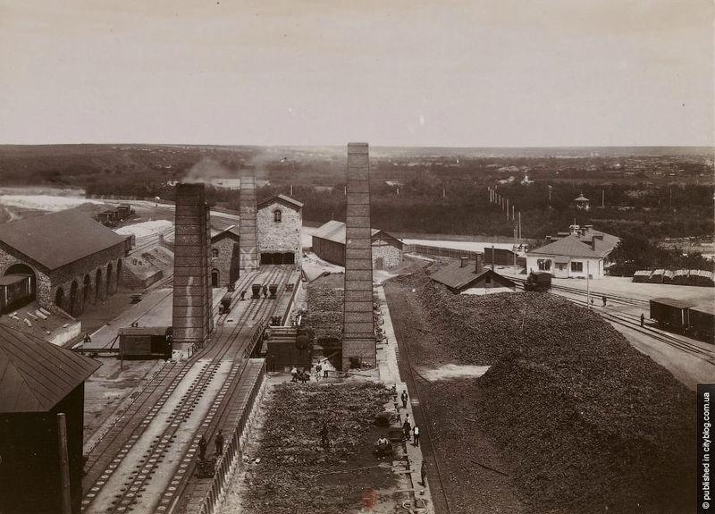 Fabryka w Krzywym Rogu w 1899 roku, owoc rozwoju przemysłu na terenie ówczesnej Rosji. Źródło: Wikimedia Commons, domena publiczna.