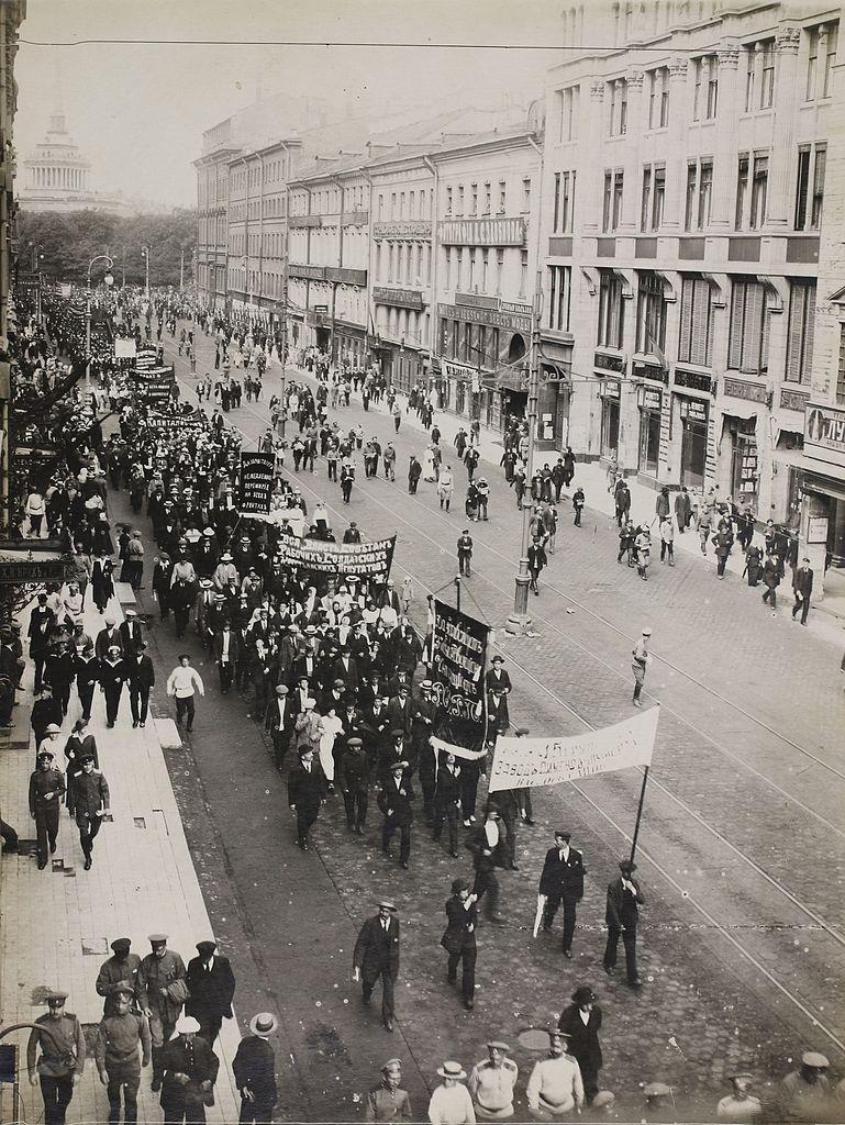 Demonstracja robotników w Piotrogrodzie, rok 1917. Źródło: Wikimedia Commons, domena publiczna.