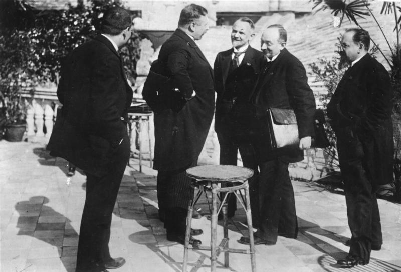 Podpisanie układu w Rapallo. kanclerz Rzeszy Joseph Wirth, Walther Rathenau oraz delegacja sowiecka: Leonid Krasin, Gieorgij Cziczerin oraz Adolf Joffe. Źródło: Bundesarchiv, Bild 183-R14433 / CC-BY-SA 3.0