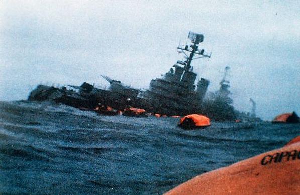 Tonący okręt ARA General Belgrano. Źródło: Wikimedia Commons, domena publiczna.