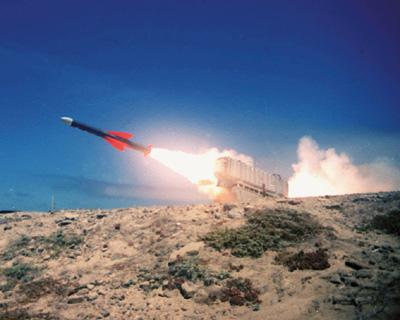 Exocet wystrzeliwany z wyrzutni zlokalizowanej na lądzie. Źródło: Wikimedia Commons, domena publiczna.
