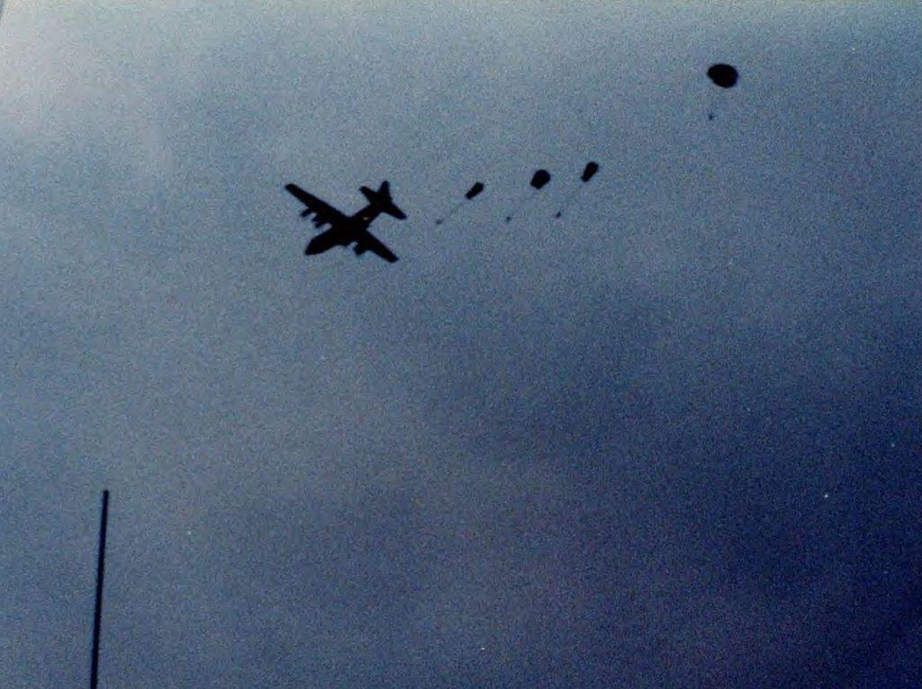 Rejon Falklandów, 25 maja 1982. Żołnierze SAS skaczą do morza w celu szybkiego dostania się na okręt HMS Cardiff i wzięcia udziału w działaniach wojennych. Źródło: Wikimedia Commons, domena publiczna.