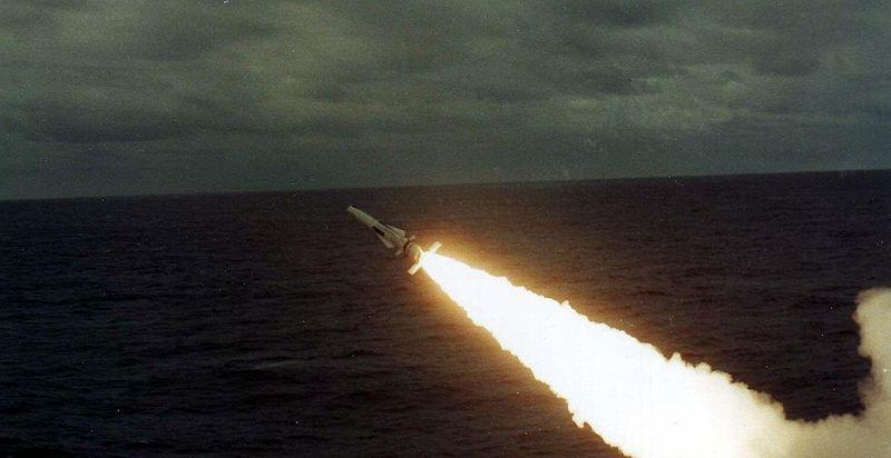 Rakieta Sea Dart wystrzelona z pokładu HMS Invincible. Źródło: Wikimedia Commons, licencja: CC BY-SA 4.0