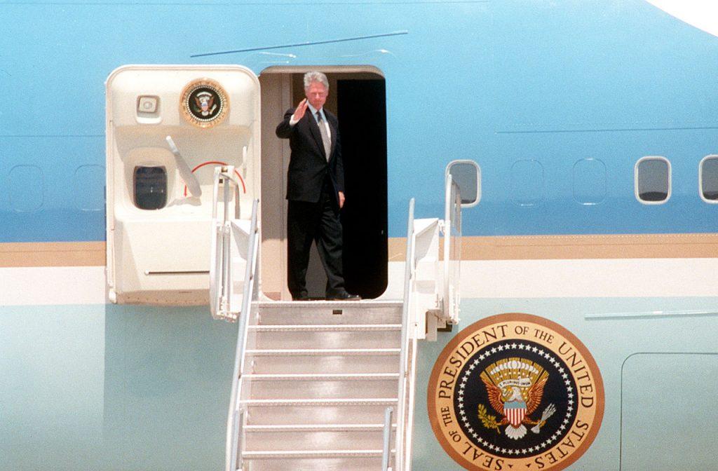 Prezydent Clinton w drzwiach Air Force One. Źródło: Wikimedia Commons, domena publiczna.