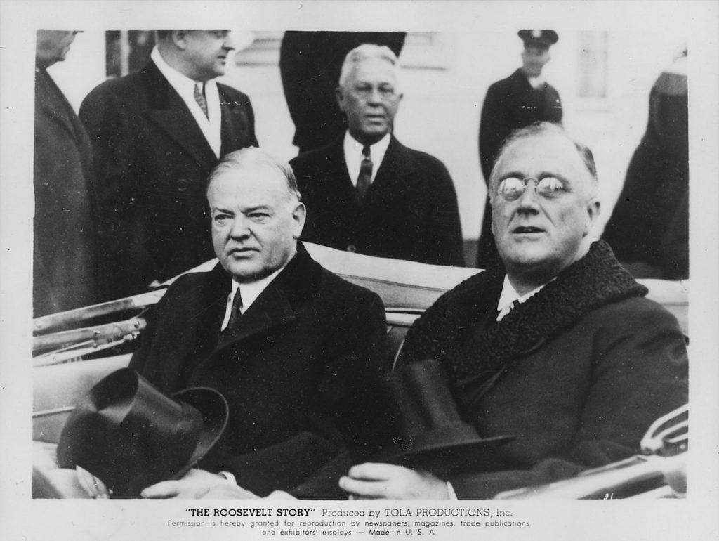 Ustępujący prezydent Herbert Hoover i nowy prezydent Franklin Delano Roosevelt w dniu zaprzysiężenia FDR, 4 marca 1933. Źródło: Biblioteka Kongresu Stanów Zjednoczonych, domena publiczna.