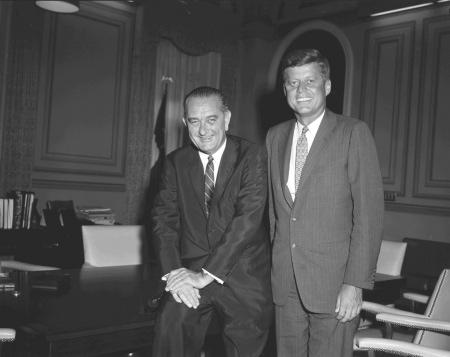 Prezydent John F. Kennedy i jego wiceprezydent oraz następca, Lyndon B. Johnson. Źródło: Wikimedia Commons, domena publiczna.