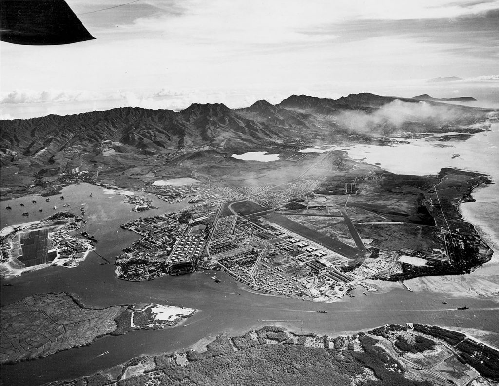 Widok na bazę Pearl Harbor. Zdjęcie wykonano 13 października 1941 roku. Źródło: U.S. Navy National Museum of Naval Aviation , domena publiczna.
