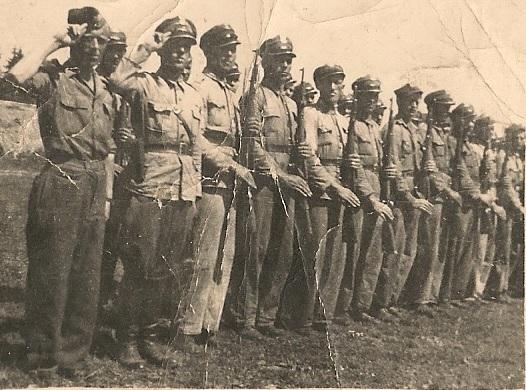 Oddział Milicji Obywatelskiej ustawiony do przeglądu. Pogórze Dynowskie 1946 rok. Źródło: Wikimedia Commons, domena publiczna.