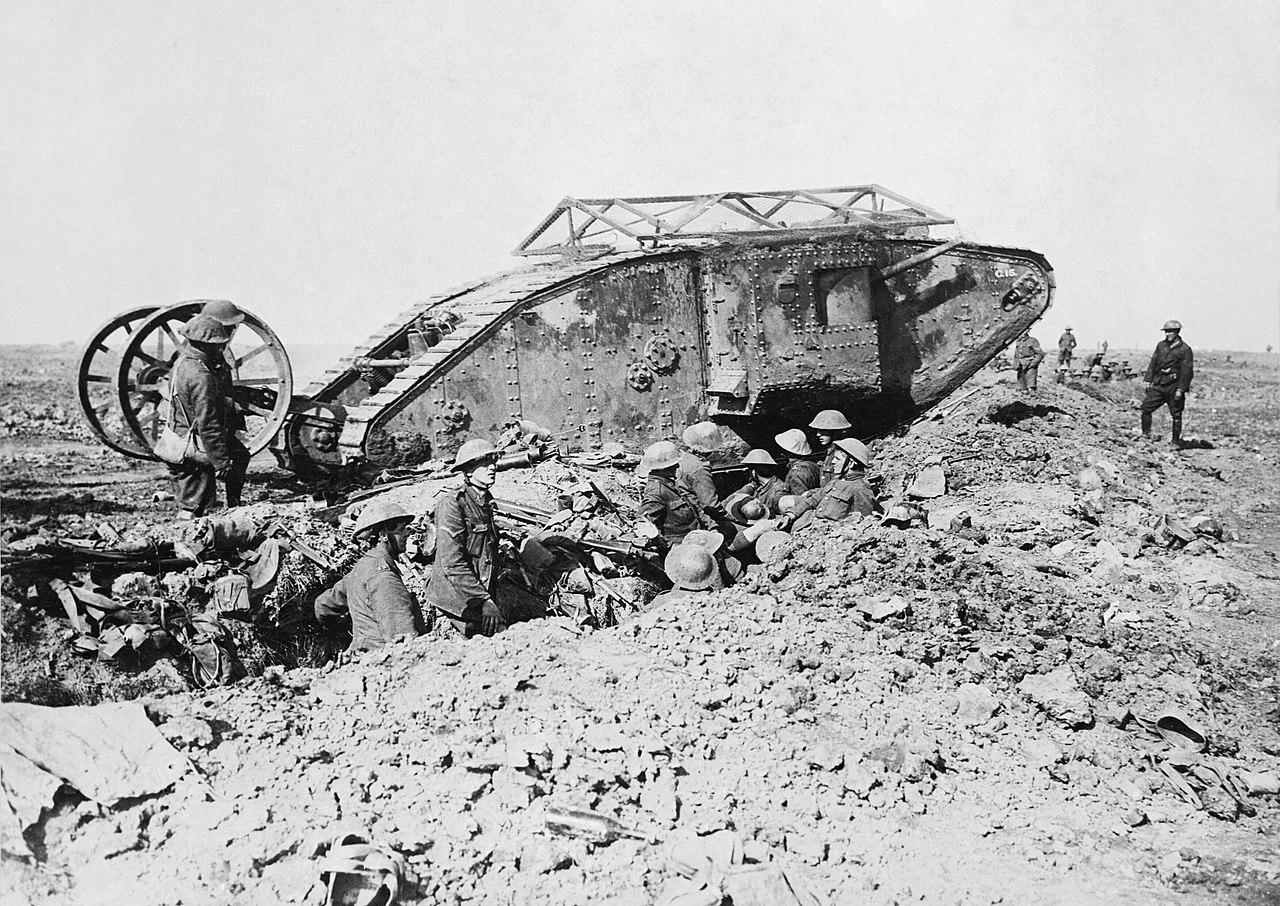 """Czołg Mark I """"męski"""" 25 września 1916. Kształt romboidalny pozwalał łatwiej pokonywać przeszkody i okopy. W późniejszych wersjach usunięte zostały koła z tyłu. Siatka na szczycie czołgu miała za zadanie odbijać granaty."""