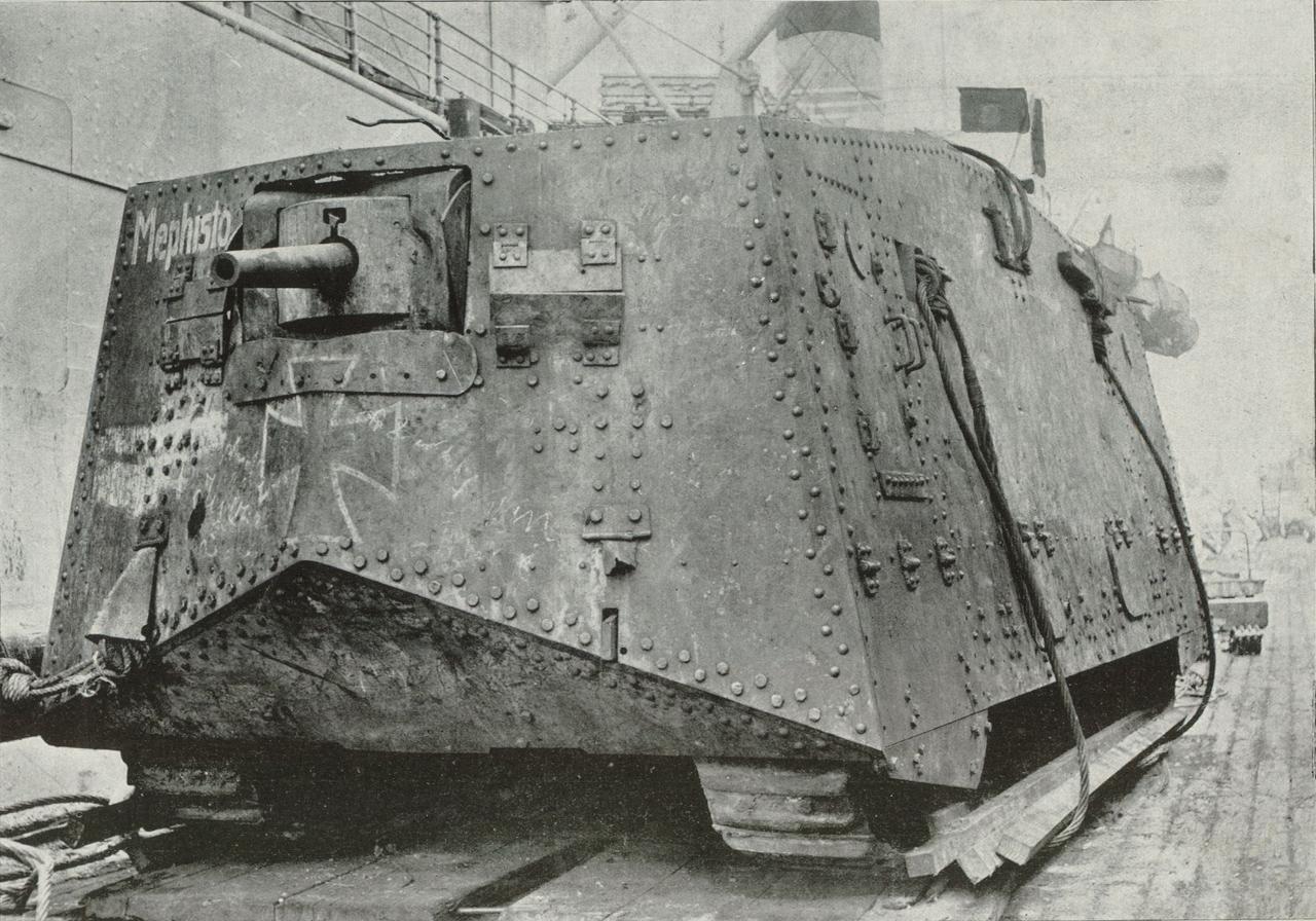 Rozładunek niemieckiego czołgu A7V.