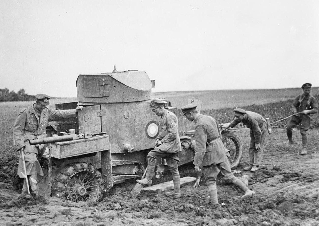 Żołnierze próbują wyciągnąć z błota brytyjski samochód pancerny Lanchester.