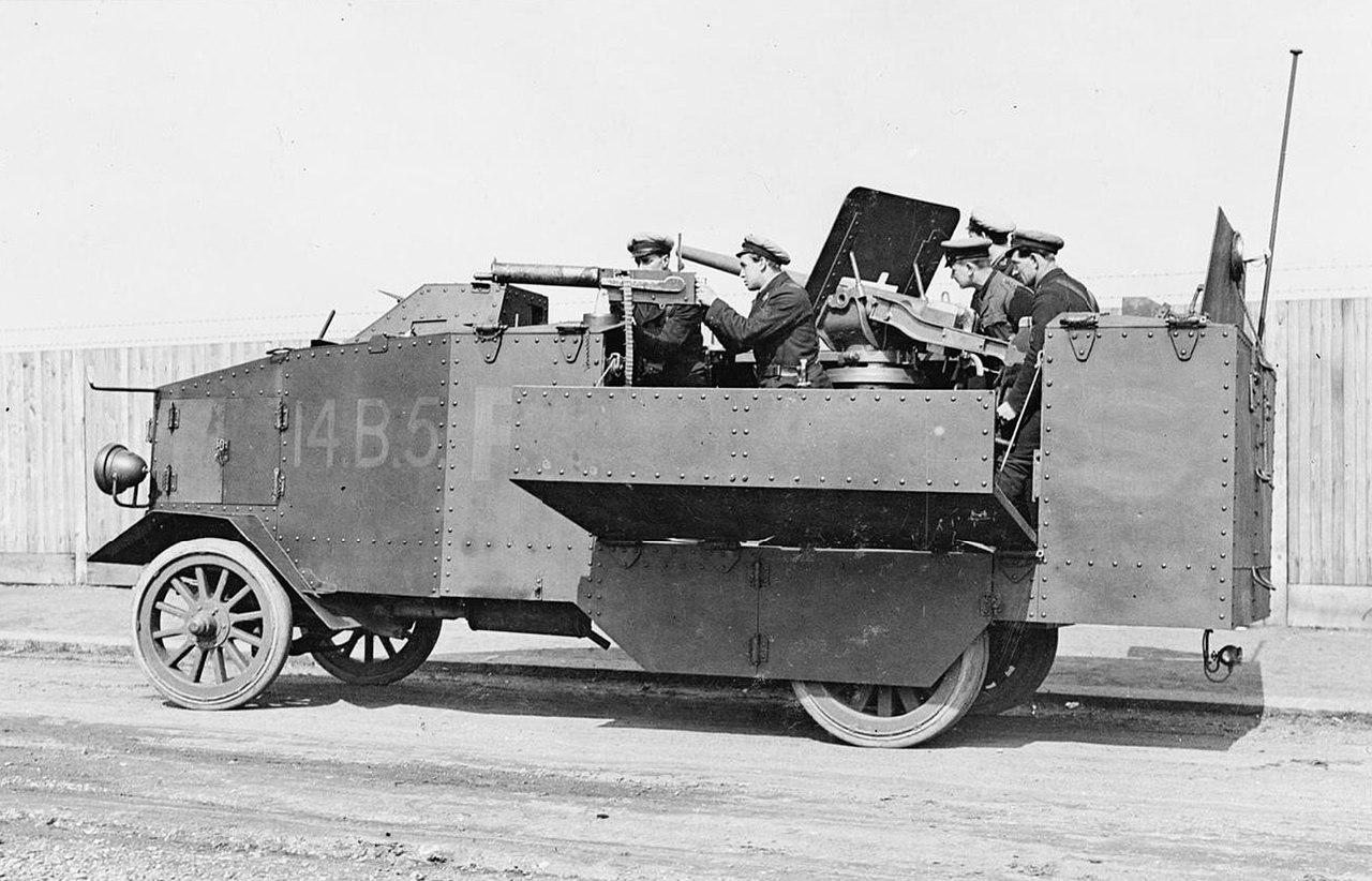 Opancerzona ciężarówka Seabrook wyposażona w 3-funtową armatę okrętową i karabiny maszynowe.