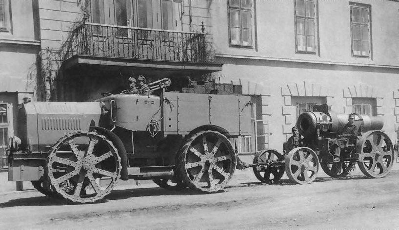 Ciągnik artyleryjski Austro-Daimler M.17 'Goliath' z moździerzem Skoda M.11 305 mm. Zdjęcie wykonane przed zakładami Austro-Daimler w 1917 roku.