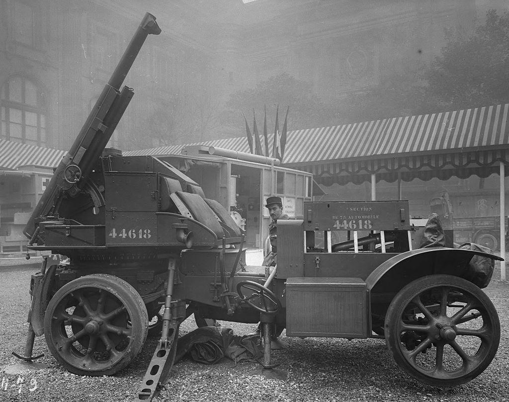 Francuski samochód z armatą 75 mm.