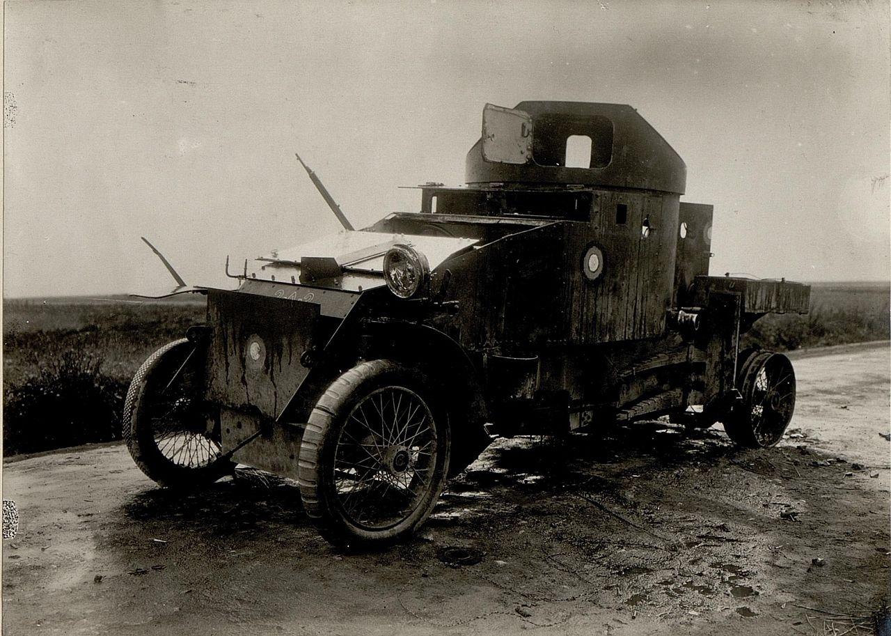 Rozbity samochód pancerny Lanchester.