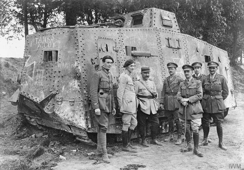 """Francuscy i brytyjscy oficerowie przy niemieckim czołgu A7V """"Elfriede"""", 1918."""