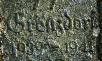 Kamień z datami powstania i zamknięcia obozu. Fot. Michał Szymański, Wikimedia Commons, licencja: CC BY 2.5
