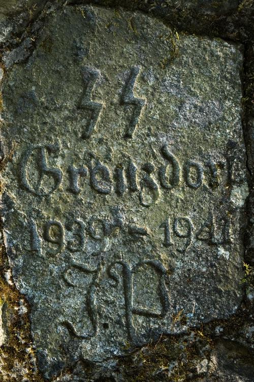 Kamień z datą przejęcia obozu przez SS i jego zamknięcia Fot. Michał Szymański, Wikimedia Commons, licencja: CC BY 2.5