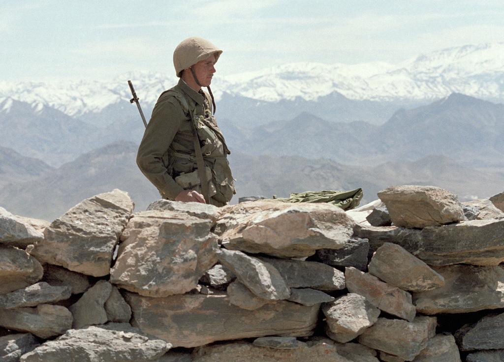 Radziecki żołnierz na posterunku w Afganistanie. Źródło: RIA Novosti, licencja: CC BY-SA 3.0