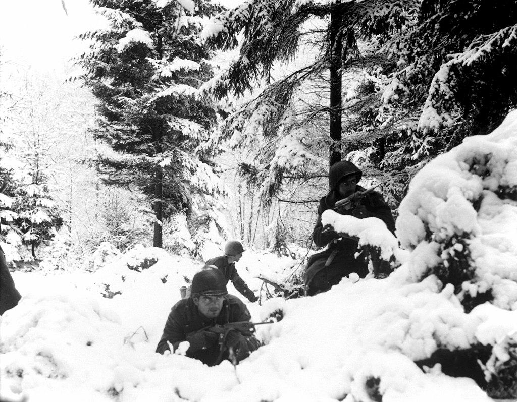 Amerykańscy żołnierze na pozycjach obronnych w Ardenach